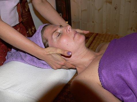 Gesichtsmassage bei Mudturadas Thai Massage Wetzlar - Halsansatz