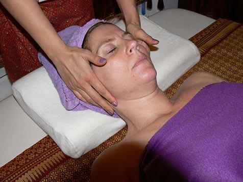 Gesichtsmassage bei Mudturadas Thai Massage Wetzlar - Streichungen