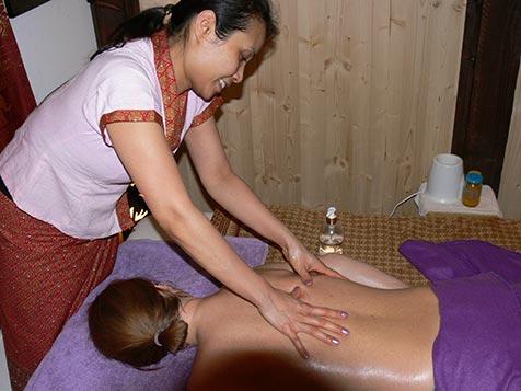 Rückenmassage bei Mudturadas Thai Massage in Wetzlar - Bild 2